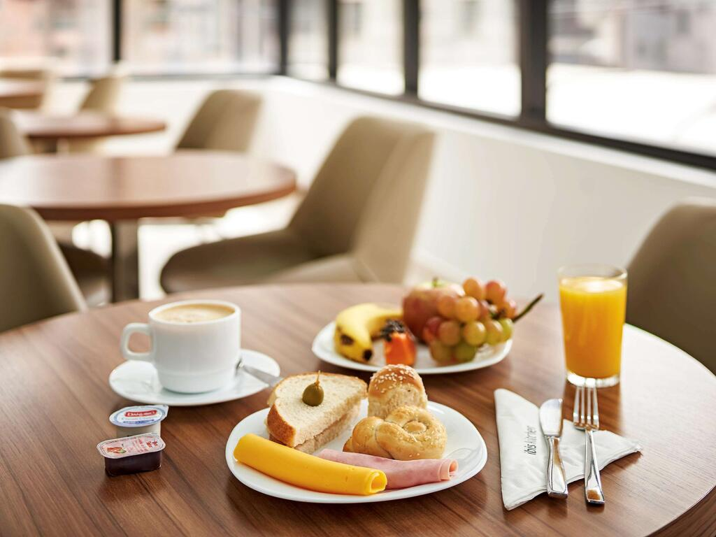 Breakfast at the Curitiba hotel of Ibis Curitiba Shopping, with pastries, fresh juice and grapes