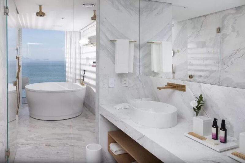 A bathroom with a view at Emiliano Rio